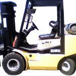 Empilhadeira CLARK CGP25L capacidade 2,5 Ton, torre tríplex 4800mm, deslocador lateral. Movida a gás.