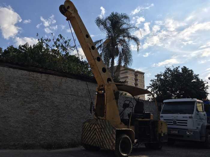 Guindaste HYSTER Canarinho, capacidade 5 Ton, braço inclinável, movida a diesel.